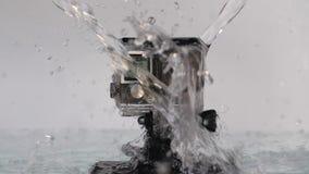 L'acqua sta piovendo a dirotto sulla macchina fotografica di azione archivi video