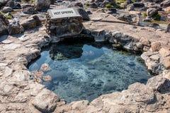 L'acqua termale sotterranea naturale delle sorgenti di acqua calda è usata per bollire le uova in una certa area di attività vulc fotografie stock libere da diritti