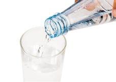 L'acqua versa dalla bottiglia di acqua Fotografia Stock