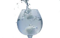 L'acqua versa dentro il vetro immagini stock