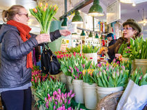 L'acquisto fiorisce al mercato di posto di luccio a Seattle Immagini Stock