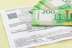 L'acquit du paiement des paiements de service pour l'approvisionnement en eau et plusieurs nouvelles factures rassiysky Foyer sur photographie stock