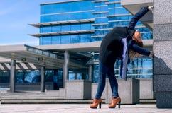L'acrobata della donna sta facendo l'azione e la costruzione di yoga fatte di vetro Fotografie Stock Libere da Diritti