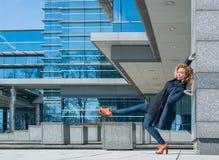 L'acrobata della donna sta facendo l'azione e la costruzione di yoga fatte di vetro Immagini Stock Libere da Diritti