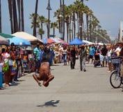 L'acrobate sur la plage de Venise amuse les visiteurs de week-end Photographie stock libre de droits