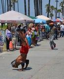 L'acrobate sur la plage de Venise amuse les visiteurs de week-end Images libres de droits