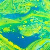 L'acrylique jaune vert-bleu versent l'art Photo stock
