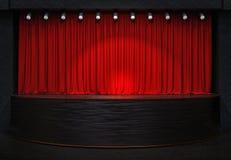 L'acte drapent avec les rideaux rouges image libre de droits