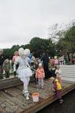 L'acteur de rue fait des bulles de savon Les enfants l'entourent Photos libres de droits