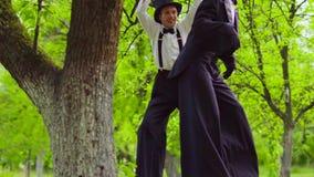 L'acteur de rue tire vers le haut sur une branche clips vidéos
