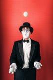 L'acteur masculin de pantomime jongle avec des boules photo libre de droits