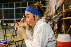 L'acteur traditionnel d'opéra compose au fond l'étape Photographie stock