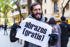 L'action d'un groupe de personnes libèrent des étreintes sur les rues de Barcelone, l'inscription dans l'Espagnol sur des affiche Photographie stock libre de droits