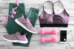 L'active des femmes vêtx des guêtres, des espadrilles de chaussures de soutien-gorge et e Image stock