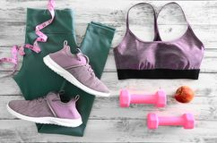 L'active des femmes vêtx des guêtres, des espadrilles de chaussures de soutien-gorge et e Photos stock