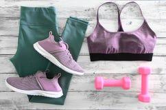L'active des femmes vêtx des guêtres, des espadrilles de chaussures de soutien-gorge et e Image libre de droits