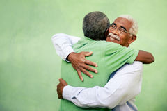 Vieux amis, deux hommes supérieurs d'afro-américain se réunissant et étreignant Photo libre de droits