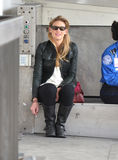 L'actrice Anna Torv est vue chez LAX images stock