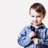 L'actrice célèbre Bébé humoristique de photo chantant avec une MICR images stock