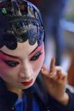 L'actrice chinoise d'opéra est visage de peinture à l'arrière plan Photographie stock libre de droits