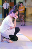 L'actrice imitent la statue du penseur des bodin image stock