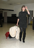 L'actrice Milla Jovovich est vue à l'aéroport de LAX Photo libre de droits