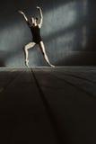 L'addestramento costante del ballerino di balletto nel nero ha colorato la stanza Fotografia Stock Libera da Diritti