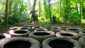 L'addestramento degli uomini adatti sopra la corsa ad ostacoli dei pneumatici archivi video