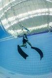 L'addestramento di immersione senza scafandro e cattura la foto fotografie stock libere da diritti