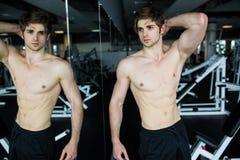 L'addestramento muscolare sicuro dell'uomo occupa con i bilancieri al di sopra Ritratto del primo piano dell'allenamento professi Immagini Stock Libere da Diritti