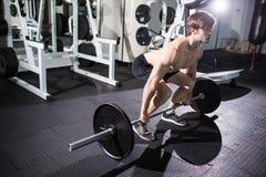 L'addestramento muscolare sicuro dell'uomo occupa con i bilancieri al di sopra Ritratto del primo piano dell'allenamento professi Fotografia Stock