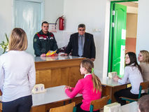 L'addestramento sulla protezione antincendio ed assistenza medica alla scuola la regione di Homiel'di Bielorussia Fotografia Stock Libera da Diritti