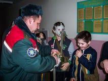 L'addestramento sulla protezione antincendio ed assistenza medica alla scuola la regione di Homiel'di Bielorussia Immagine Stock