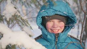 L'ado marche en parc d'hiver Promenades à l'air frais Un style de vie sain Images stock