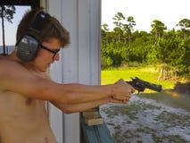 L'ado tire 38 le pistolet - première fois Photographie stock libre de droits