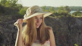 L'adolescent à l'arrière-plan d'un paysage pose pour des appareils-photo Mouvement lent banque de vidéos