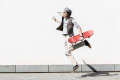 L'adolescent actif passe le temps sur la rue dynamiquement photographie stock