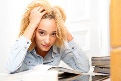 L'adolescent apprend à examiner image libre de droits
