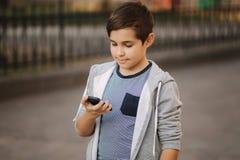 L'adolescent arrêtent le smartphone Il a mis le doigt sur le bouton de puissance photos stock