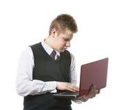 L'adolescent avec l'ordinateur portatif Était fatigué des problèmes Photo stock