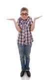 Garçon confus d'adolescent d'isolement sur le blanc Images libres de droits