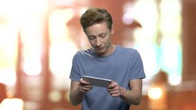 L'adolescent concentré joue le jeu à son téléphone clips vidéos