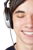 L'adolescent de plan rapproché écoutent la musique avec l'écouteur Photographie stock