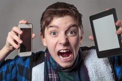 L'adolescent devient fou avec le media numérique photos stock