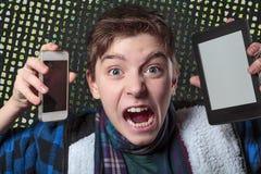 L'adolescent devient fou avec le media numérique Images libres de droits
