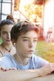 L'adolescent entend la musique photos stock