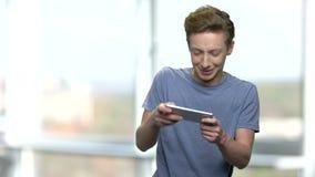 L'adolescent enthousiaste joue le jeu vidéo banque de vidéos