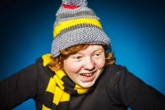 L'adolescent expressif s'est habillé en portrait coloré de plan rapproché de chapeau images stock