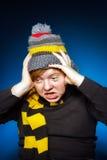 L'adolescent expressif s'est habillé en portrait coloré de plan rapproché de chapeau image libre de droits