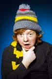 L'adolescent expressif s'est habillé en portrait coloré de plan rapproché de chapeau photographie stock